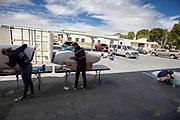 Teamleden werken de kap bij van de VeloX in Battle Mountain. Het Human Power Team Delft en Amsterdam, dat bestaat uit studenten van de TU Delft en de VU Amsterdam, is in Amerika om tijdens de World Human Powered Speed Challenge in Nevada een poging te doen het wereldrecord snelfietsen voor vrouwen te verbreken met de VeloX 8, een gestroomlijnde ligfiets. Het record is met 121,81 km/h sinds 2010 in handen van de Francaise Barbara Buatois. De Canadees Todd Reichert is de snelste man met 144,17 km/h sinds 2016.<br /> <br /> With the VeloX 8, a special recumbent bike, the Human Power Team Delft and Amsterdam, consisting of students of the TU Delft and the VU Amsterdam, wants to set a new woman's world record cycling in September at the World Human Powered Speed Challenge in Nevada. The current speed record is 121,81 km/h, set in 2010 by Barbara Buatois. The fastest man is Todd Reichert with 144,17 km/h.