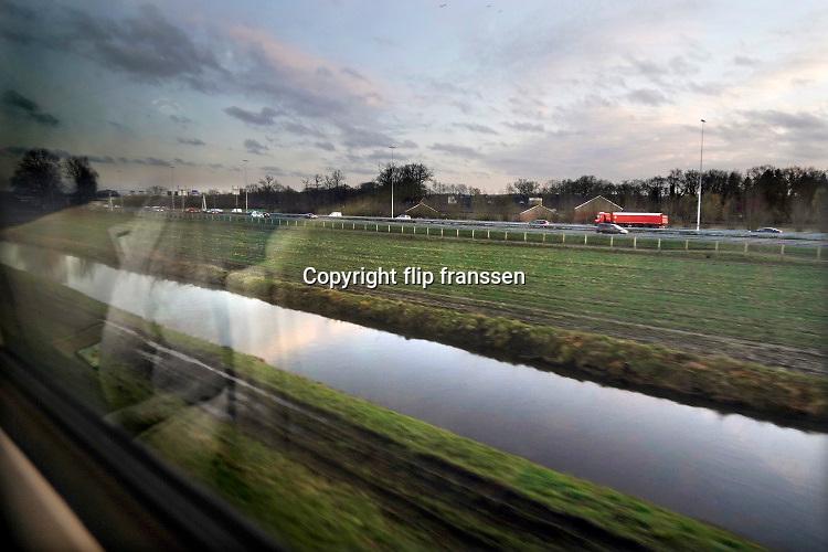 Nederland, Driebergen, 12-12-2019Zicht vanuit de trein richting arnhem op de snelweg, rijksweg, A12, A 12 .Foto: Flip Franssen