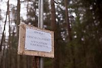 20.02.2014 woj podlaskie W wojewodztwie podlaskim stwierdzono 2 potwierdzone przypadki afrykanskiego pomoru swin ( ASF ) u padlych dzikow tuz przy granicy z Bialorusia. Jest to ostra choroba zakazna swin, niegrozna dla ludzi, lecz powodujaca znaczne straty ekonomiczne, poniewaz zarazone lub podejrzane o kontakt stada trzody chlewnej nalezy wybic i utylizowac. Z zarazonych krajow wstrzymuje sie rowniez import wieprzowiny ( na razie zrobily to Rosja i Bialorus ) N/z tablice ostrzegawcze w gminie Szudzialowo ( graniczacej z Bialorusia ) fot Michal Kosc / AGENCJA WSCHOD