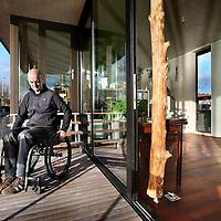 Nederland, Haarlem , 30 december 2011..Ed Bijman, architect van het bureau Heren5 op zijn woonark,  liep anderhalf jaar geleden een dwarslaesie op tijdens een bedrijfsfeestje in Amsterdam Noord..Foto:Jean-Pierre Jans
