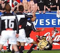 Fotball Tippeligaen 16.05.06, Rosenborg - Odd Grenland 1-1<br /> Lars Hirschfeld ser frisparket fra Olof Hvidén-Watson gå inn<br /> Foto: Carl-Erik Eriksson, Digitalsport