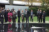 DEU, Deutschland, Germany, Berlin, 24.10.2012:<br />Feierliche Einweihung des Denkmals für die im Nationalsozialismus ermordeten Sinti und Roma Europas gegenüber dem Reichstag. Bildmitte: Der Regierenden Bürgermeister von Berlin Klaus Wowereit (SPD) und Renate Künast (BÜNDNIS 90/DIE GRÜNEN) im Gespräch mit einem Angehörigen von Sinti und Roma. Ganz rechts der Holocaust-Überlebende Reinhard Florian (mit Hut) und links von ihm ein weiterer Überlebender.