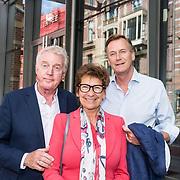 NLD/Amsterdam/20190701 - Uitreiking Johan Kaartprijs 2019, Andre van Duin met partner Martin Elfrink en Janine van den Ende