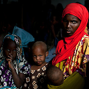 kenya, Dadaab, le 12-08-11 - centre de réception MSF du camp de Daghaley. Avec plus de 10000 nouveaux arrivants par semaine et plus de 400000 réfigiés, en majeure partie des somaliens ayant fuit la guerre et la famine qui sévissent dans leur pays, Dabaab est le plus grand camp de réfugiés au monde. Des femmes et enfants font la queue pour une consultation.