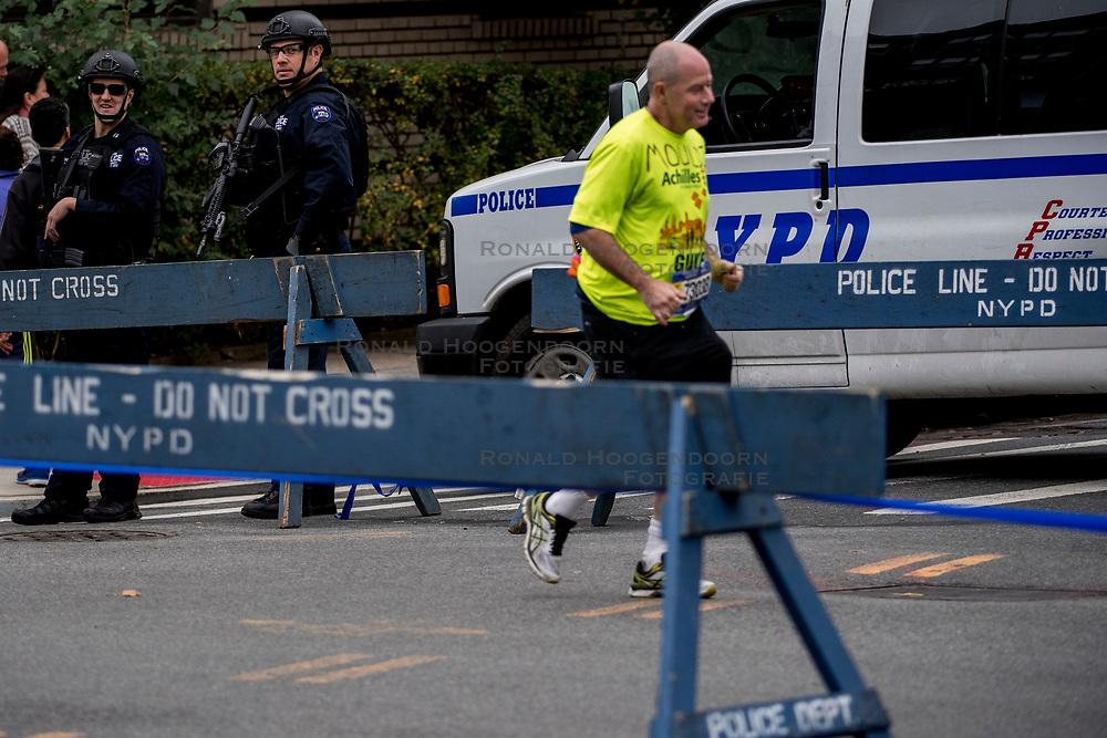 04-11-2017 USA: NYC Marathon We Run 2 Change Diabetes day 2, New York<br /> De dag van de marathon, 42 km en 195 meter door de straten van Staten Island, Brooklyn, Queens, The Bronx en Manhattan / Beveiliging, security, police, politie, aanslag