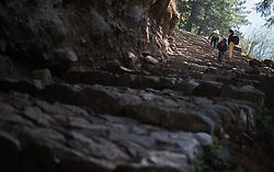 """THEMENBILD - Kinder am Schulweg. Wanderung im Sagarmatha National Park in Nepal, in dem sich auch sein Namensgeber, der Mount Everest, befinden. In Nepali heißt der Everest Sagarmatha, was übersetzt """"Stirn des Himmels"""" bedeutet. Die Wanderung führte von Lukla über Namche Bazar und Gokyo bis ins Everest Base Camp und zum Gipfel des 6189m hohen Island Peak. Aufgenommen am 25.05.2018 in Nepal // Trekkingtour in the Sagarmatha National Park. Nepal on 2018/05/25. EXPA Pictures © 2018, PhotoCredit: EXPA/ Michael Gruber"""