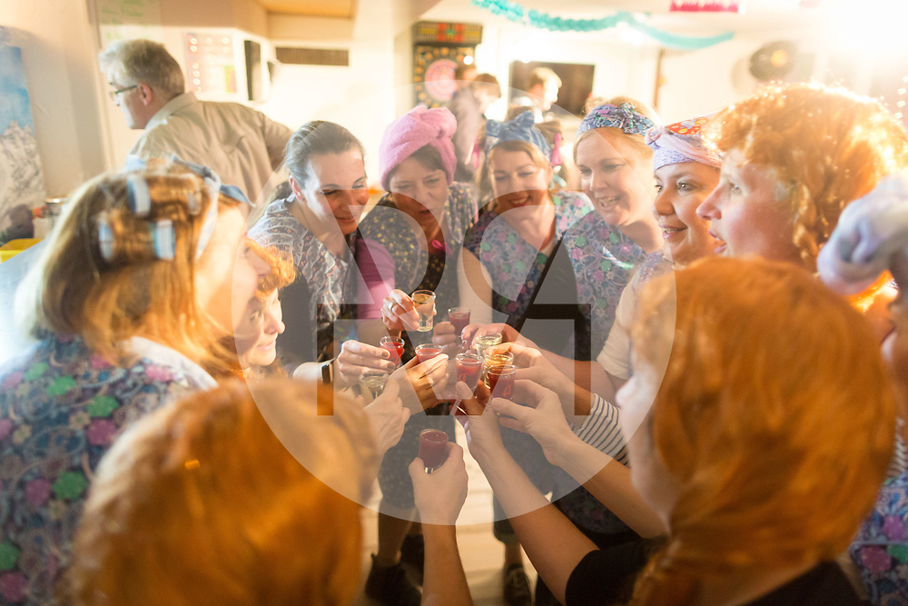 SCHWEIZ - MEISTERSCHWANDEN - Meitlitage 2018, hier tanzen die Waschweiber beim Maskentreiben im Restaurant Traube - 14. Januar 2018 © Raphael Hünerfauth - http://huenerfauth.ch