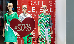 THEMENBILD - Abverkauf bis minus 50% in einem Schaufenster eines Geschäftslokals, aufgenommen am 03. Juli 2017, Wien, Österreich // Sale up to minus 50% in a shop window, Vienna, Austria on 2017/07/03. EXPA Pictures © 2017, PhotoCredit: EXPA/ JFK