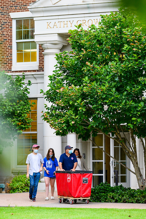 SMU Class of 2025 first year students move into their assigned residential commons, Wednesday, August 18, 2021 on the SMU Campus.