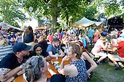 Nederland, The Netherlands, Nijmegen, 19-7-2016Recreatie, ontspanning, cultuur, dans, theater en muziek in de binnenstad. Het Valkhof, sfeer, sfeervolle locatie in het valkhofpark .  De Waalkade terkt elke avond veel publiek. Ook het festival op het Eiland in Veur-Lent . Onlosmakelijk met de vierdaagse, 4daagse, zijn in Nijmegen de vierdaagse feesten, de zomerfeesten. Talrijke podia staat een keur aan artiesten, voor elk wat wils. Een week lang elke avond komen ruim honderdduizend bezoekers naar de stad. De politie heeft inmiddels grote ervaring met het spreiden van de mensen, het zgn. crowd control. De vierdaagsefeesten zijn het grootste evenement van Nederland en verbonden met de wandelvierdaagse. Foto: Flip Franssen