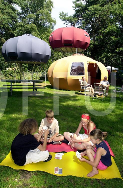 fotografie frank uijlenbroek©2001 frank brinkman.010726 beerze ned.camping de beerzerbulten heeft een nieuwe atractie erbij voor de kids .foto voorgrond vlnr sander,chaleco,denise en jade uit deventer.fu010726_2tent_beerze