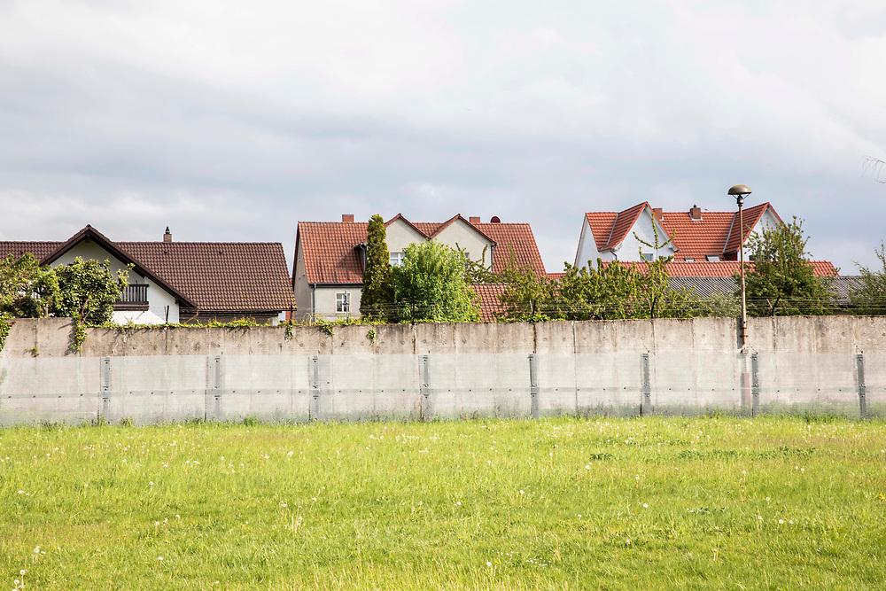 Grenzdenkmal der innerdeutschen Grenze in Hötensleben, Sachsen-Anhalt, Deutschland, 4. Mai 2020<br /> <br /> PICTURED; Grenzsicherungs- und Signalzäune