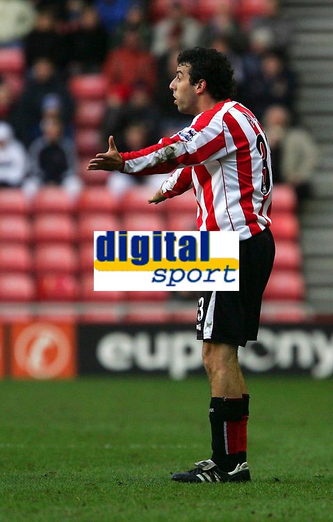 Photo: Andrew Unwin.<br />Sunderland v Everton. The Barclays Premiership. 31/12/2005.<br />Sunderland's Julio Arca claims he's been fouled.