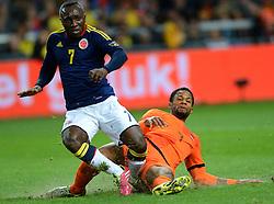 19-11-2013 VOETBAL: NEDERLAND - COLOMBIA: AMSTERDAM<br /> Nederland speelt met 0-0 gelijk tegen Colombia / De actie van Jeremain Lens en Pablo Armero voor de rode kaart<br /> ©2013-FotoHoogendoorn.nl