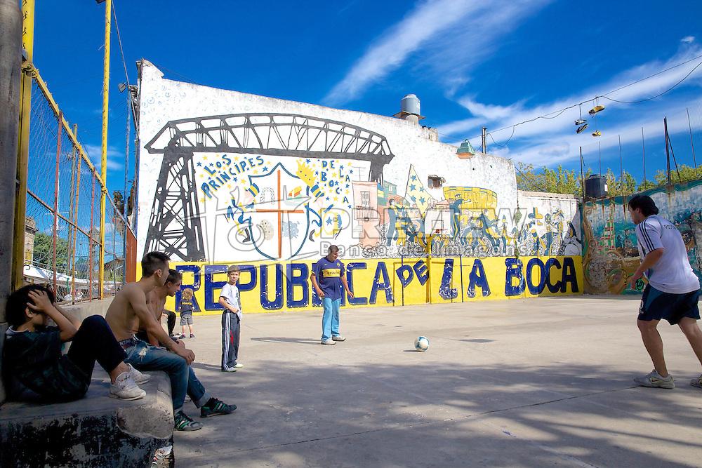 La Boca é um bairro de Buenos Aires, que por sua localização próxima ao porto, foi habitada por muitos estrangeiros que chegavam pelo porto para trabalhar. O bairro possui duas grandes atrações: O estádio do Boca Juniors (La Bombonera), o time com maior quantidade de torcedores da Argentina e conhecido por serem absurdamente fanáticos por futebol, e o Caminito. FOTO: Jefferson Bernardes/Preview.com