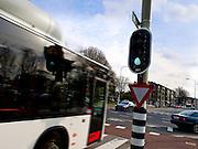 Bus rijdt do groen stoplicht  - Bus drives through green traffic light