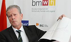 24.03.2011, Wirtschaftsministerium, Wien, AUT, Pressepoint mit Bundesminister Reinhold Mitterlehner nach dem Spritpreisgipfel, im Bild , EXPA Pictures © 2011, PhotoCredit: EXPA/ M. Gruber