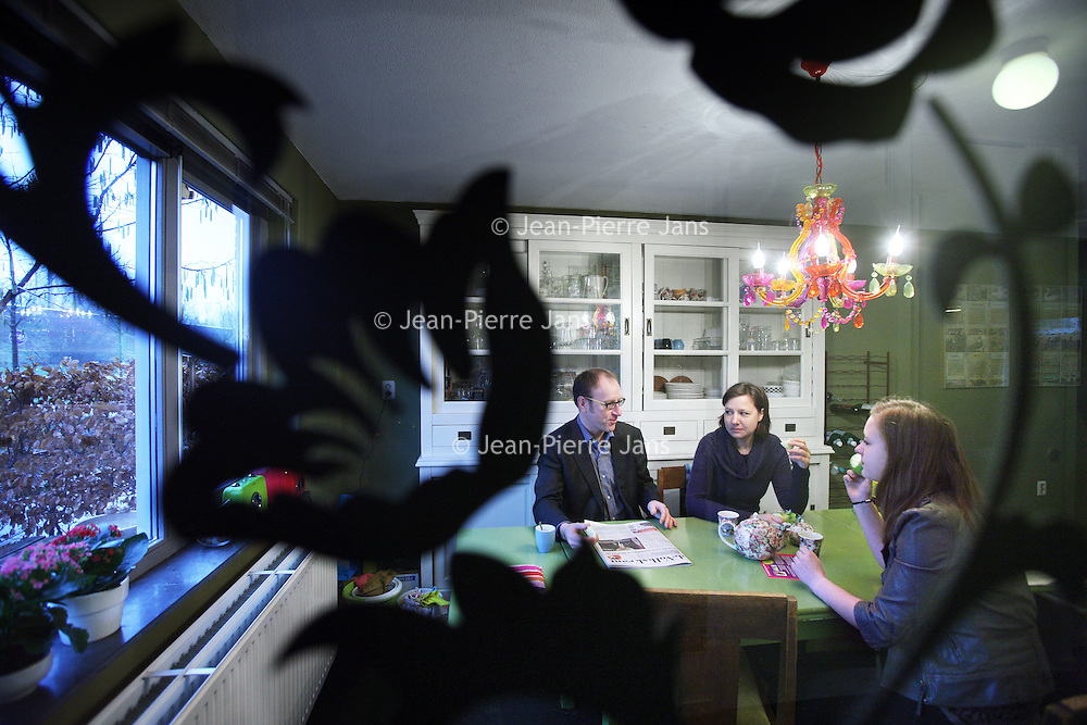 Nederland, Almere , 11 februari 2011..De familie Euferink Verhoeven s'ochtends vroeg aan het ontbijt..Hun huis staat te koop. Tegelijkertijd hebben ze al een nieuwe woning gekocht....Foto:Jean-Pierre Jans