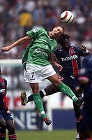 Fotball<br /> Frankrike 2004/05<br /> Paris Saint Germain v Saint Etienne<br /> 29. august 2004<br /> Foto: Digitalsport<br /> NORWAY ONLY<br /> ANTHONY LE TALLEC (ST-E) /MODESTE M'BAMI (PSG)