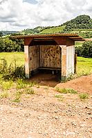 Parada de ônibus na estrada secundária de acesso a Vargeão no Distrito de Dom Carlos. Passos Maia, Santa Catarina, Brasil. / <br /> Bus stop on a dirt road. Passos Maia, Santa Catarina, Brazil.