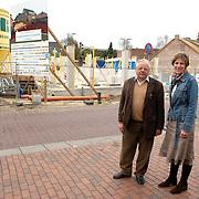 NLD/Huizen/20070403 - Tuinstraat Huizen bouwproject Vooranker, dhr. Teeuwissen en Henny van der Kamp