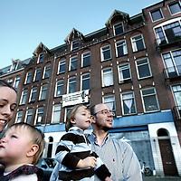 Nederland, Amsterdam , 3 oktober 2011..Margje en Pierre Lafourcade Haverkamp en hun 2 kinderen voor hun woning (uiterst rechts) op de Jacob Catskade 43-3 hoog met de 2 panden links van nummer 43 die gesloopt gaan worden..Foto:Jean-Pierre Jans