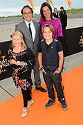 Premiere nieuwe cast Soldaat van Oranje<br /> Caption op het voormalige vliegveld Valkenburg in Katwijk. De musical blijft hier nog tot en met januari 2012 te zien in de TheaterHangaar. <br /> <br /> Op de foto: Producent Fred Boot met partner en kinderen