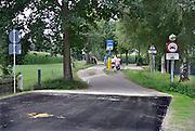 Nederland, Groesbeek, 3-7-2014De Duitse gemeente kranenburg en de nederlandse Groesbeek zijn overeengekomen een afgesloten grensweg,grensdoorgang,smokkelpad, weer begaanbaar te maken voor grensverkeer met autos. De Duitsers hebben hun werk klaar, maar in Nederland ligt het stil vanwege een uitspraak van de rechter dat eerst de uilenpopulatie langs deze weg gewaarborgd moet zijn.FOTO: FLIP FRANSSEN/ HOLLANDSE HOOGTE