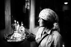 Una devota prega durante la Santa messa del sabato.