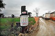 Italie, Carditello, 6-3-2008..Vrachtwagens met afval staan te wachten op een van de talloze vuilstortplaatsen in de regio ten noorden van Napels. De stad weet met zijn afval geen raad meer en in het hele gebied liggen illegale hopen afval. Een nieuwe vuilverbrandingsoven is pas in 2009 bedrijfsklaar. Tot die tijd heeft de maffia, camorra grote invloed op de afvalverwerking van deze stad...Industrieel afval en huishoudelijk afval veroorzaken grote water en bodemvervuiling, terwijl de streek een belangrijk tuinbouwgebied is...Foto: Flip Franssen
