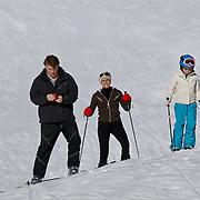 AUD/Lech/20110219 - Fotosessie Nederlandse Koninklijke Familie 2011 op wintersport in Lech, Constantijn met Laurentien en Eloise