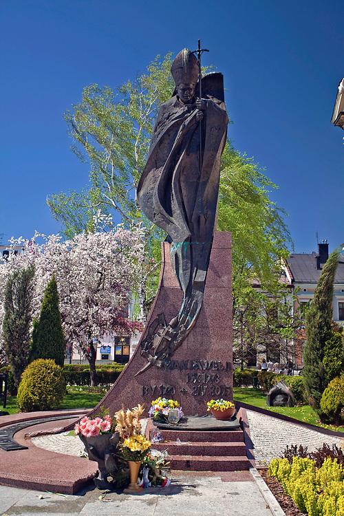 Pomnik papieża Jana Pawła II na rynku w Nowym Sączu, Polska<br /> Monument to Pope John Paul II on the market square in Nowy Sącz, Poland