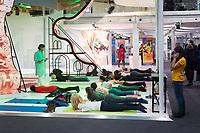 DEUTSCHLAND - BONN - Teilnehmende machen Yoga im Pavillon von Indien, auf der Klimakonferenz COP 23 Fiji in Bonn - 13. November 2017 © Raphael Hünerfauth - http://huenerfauth.ch