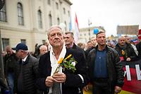 DEU, Deutschland, Germany, Berlin, 07.11.2015: Günter B.J. Brinker, Sprecher der AfD Berlin, bei einer Demonstration der Partei Alternative für Deutschland (AfD) gegen die Flüchtlingspolitik der Bundesregierung. Motto: Asyl braucht Grenzen, Rote Karte für Merkel.