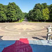NLD/Den Haag/20190703 - Bezichtiging kamers paleis Huis ten Bosch, het voorplein gezien vanaf het bordes