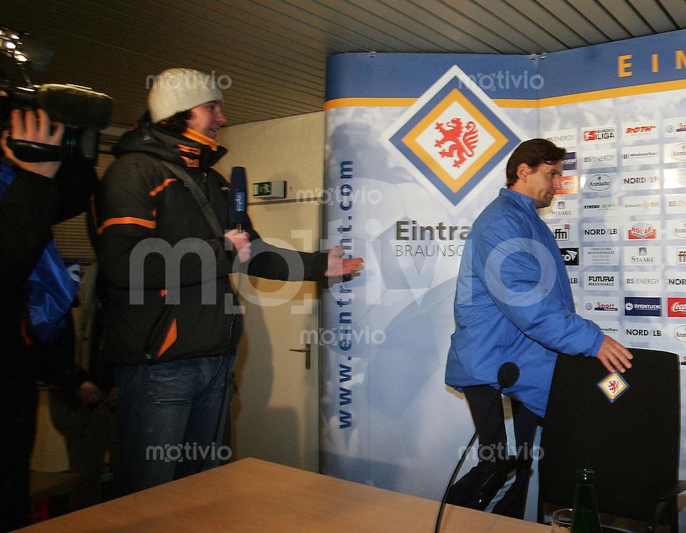 Braunschweig , 260107 , Saison 2006/2007 ; Fussball 2.Bundesliga Eintracht Braunschweig - FC Carl Zeiss Jena  Trainer Heiko WEBER (Jena) verlaesst empoert das MDR Interview