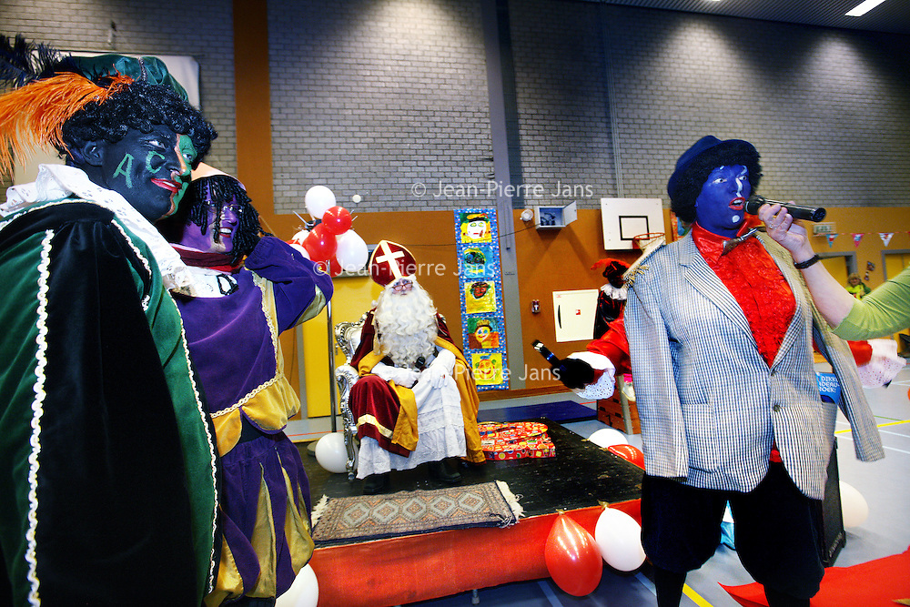 Nederland, Amsterdam , 5 december 2013.<br /> Sinterklaas en gekleurede pieten ariveren op Brede School De Kinkerbuurt.<br /> Foto:Jean-Pierre Jans