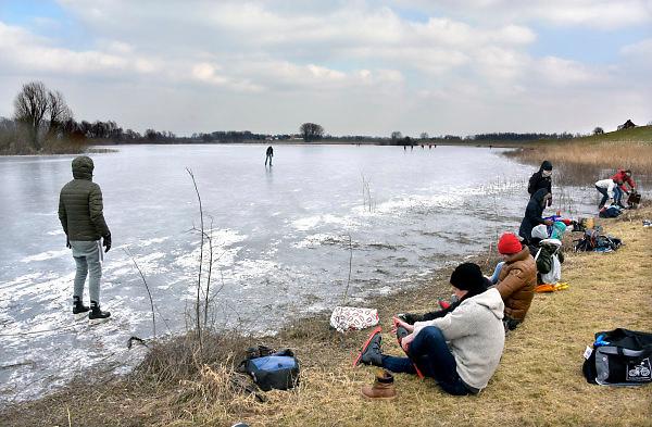 Nederland, Nijmegen, 28-2-2018 Op de oude waal in de ooijpolder, een dode arm van de rivier, schaatsen mensen. Het ijs is niet overal dik en sterk genoeg. Er zijn windwakken. Foto: Flip Franssen