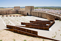 Patio de armas en el Castillo de El Real de la Jara. villegasbueno Architects