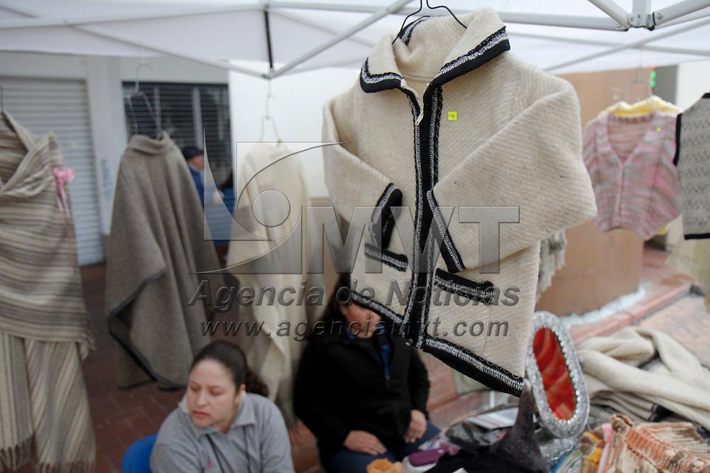 TOLUCA, México.- Artesanos de Toluca se instalaron en la plaza Fray Andrés de Castro en donde ofrecen ropa tejida con lana, prendas que la población busca para el frio.  Agencia MVT / Crisanta Espinosa. (DIGITAL)