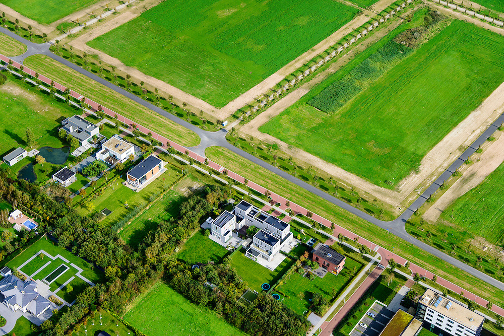 Nederland, Flevoland, Almere, 10-10-2014; Almere-Haven. Stadsvilla's en lege bouwkavels in nieuwbouwproject<br /> Town villas and partially empty plots in new development.<br /> luchtfoto (toeslag op standard tarieven);<br /> aerial photo (additional fee required);<br /> copyright foto/photo Siebe Swart