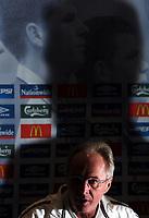 Fotball<br /> Privatlandskamp<br /> Spania v England<br /> 17. november 2004<br /> Foto: Digitalsport<br /> NORWAY ONLY<br /> England Press Conference and training, Madrid<br /> Sven Goran Eriksson chats to the gathered press