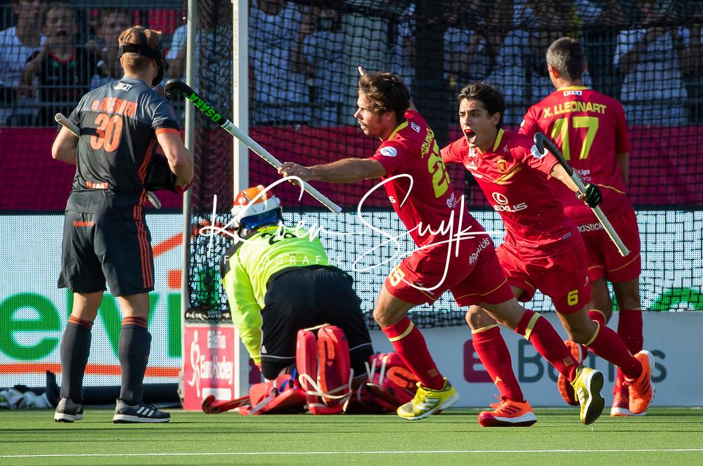 ANTWERPEN - Pau Quemada (Esp) heeft de stand op 0-2 gebracht tijdens halve finale  mannen, Nederland-Spanje  ,  bij het Europees kampioenschap hockey. links keeper Pirmin Blaak (Ned)  en Mink van der Weerden (Ned) . rechts Ignacio Rodriguez (Esp)  COPYRIGHT KOEN SUYK