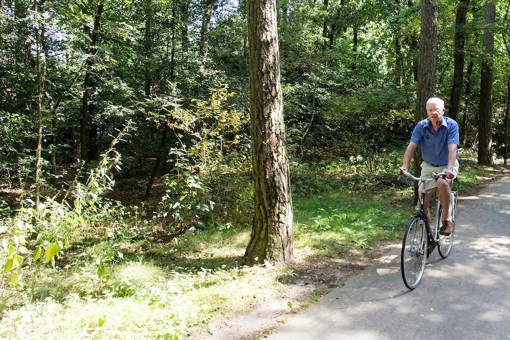 Een man fietst door de bossen bij de Soesterduinen.<br /> <br /> A man is cycling in the forest near Soesterduinen.