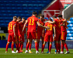 CARDIFF, WALES - Sunday, September 6, 2020: Wales players form a pre-match huddle before the UEFA Nations League Group Stage League B Group 4 match between Wales and Bulgaria at the Cardiff City Stadium. (Pic by David Rawcliffe/Propaganda)