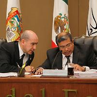 Toluca, Mex.- Francisco Javier López Corral y Jesús Castillo Sandoval durante sesión extraordinaria del Consejo General del Instituto Electoral del Estado de México  se aprobó el Convenio de Apoyo y Colaboración que se suscribirá con el Instituto Federal Electoral para la celebración de la llamada elección coincidente, esto a tan solo 48 horas de iniciar formalmente el Proceso Electoral 2012. Agencia MVT / Crisanta Espinosa. (DIGITAL)<br /> <br /> NO ARCHIVAR - NO ARCHIVE
