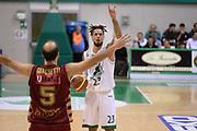 DESCRIZIONE : Siena Lega A 2013-14 Montepaschi Siena Umana Venezia<br /> GIOCATORE : daniel hackett<br /> CATEGORIA : mani<br /> SQUADRA : Montepaschi Siena<br /> EVENTO : Campionato Lega A 2013-2014<br /> GARA : Montepaschi Siena Umana Venezia<br /> DATA : 11/11/2013<br /> SPORT : Pallacanestro <br /> AUTORE : Agenzia Ciamillo-Castoria/GiulioCiamillo<br /> Galleria : Lega Basket A 2013-2014  <br /> Fotonotizia : Siena Lega A 2013-14 Montepaschi Siena Umana Venezia<br /> Predefinita :