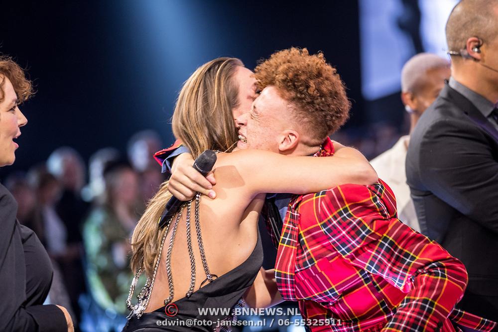 NLD/Amsterdam/20171030 - Holland Next Top Model 2017 finale, winnaar Montell van Leijen wordt gefeliciteerd door Kim Feenstra