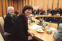 17 JAN 2001, BERLIN/GERMANY:<br /> Ulla Schmidt, SPD, Bundesgesundheitsministerin, am Kabinettstisch vor Beginn der Kabinettsitzung, Bundeskanzleramt<br /> IMAGE: 20010117-01/02-16<br /> KEYWORDS: Kabinett