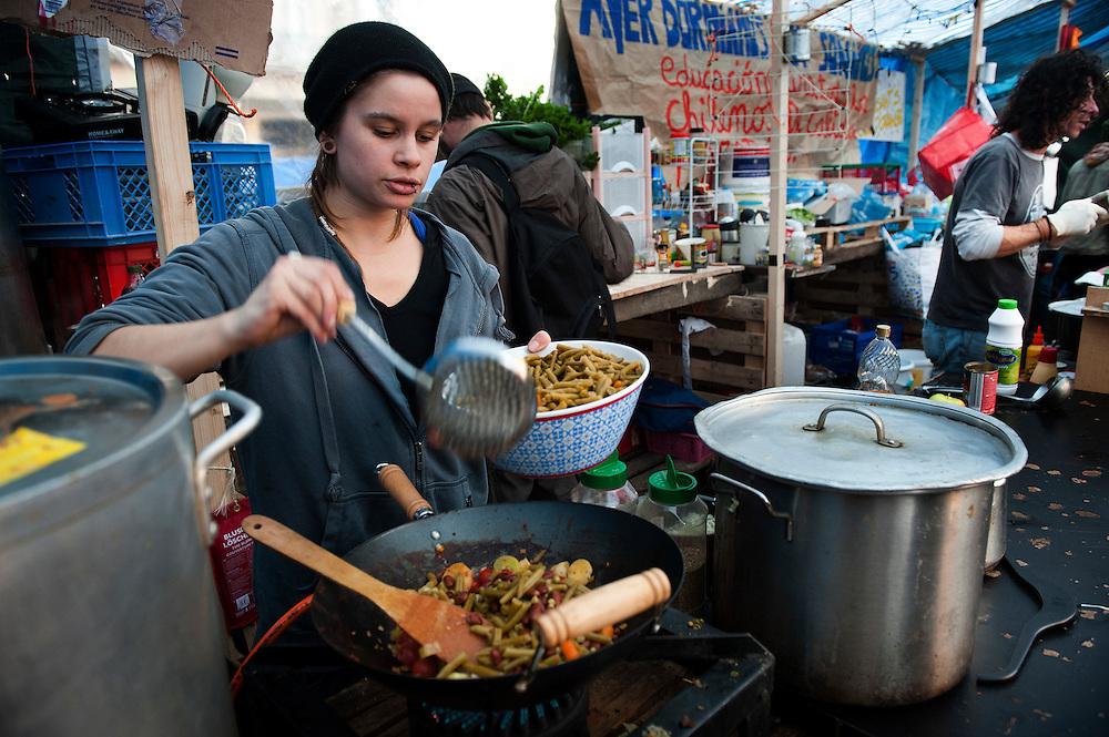 Nederland, Amsterdam, 27 okt 2011.OccupyAmsterdam. De bezetters van de Occupybeweging op het beursplein. Er staan nu zo'n 120 tentjes. Voedselvoorziening. Er wordt gekookt en iedereen kan gratis eten krijgen..Foto(c): Michiel Wijnbergh
